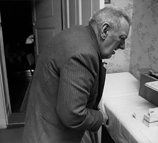 elderly-man-in-care-home-44002