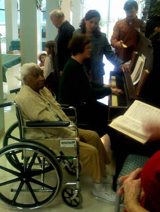 playing-piano-music-at-care-facility-003355