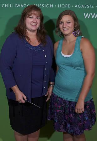 smiling-collge-grad-and-mom