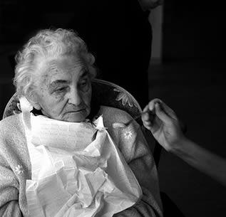 feeding-resident-at-nursing-home-33023