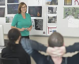 instructor-teaching-class