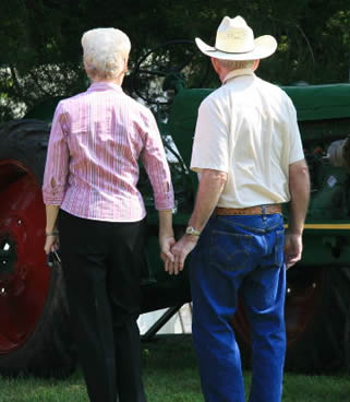 elderly-couple-holding-hands-33