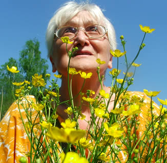 older-woman-with-flowers-033