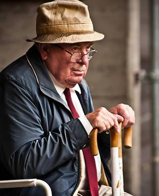 elderly-man-visiting-8833