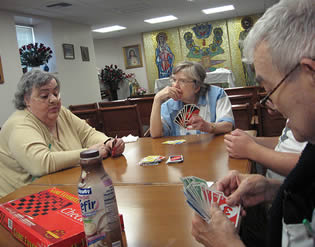 senior-citizens-playing-cards-09232